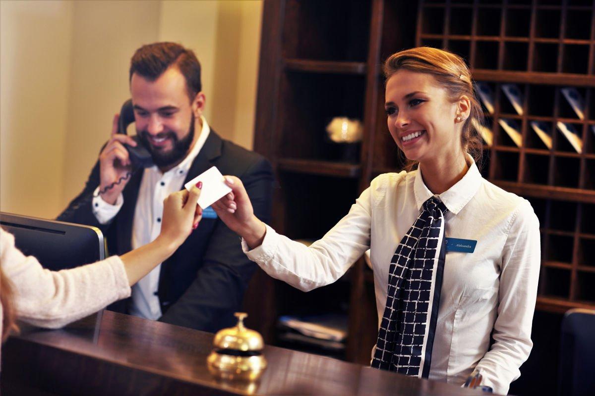 Foto von zwei Personen an der Hotelrezeption