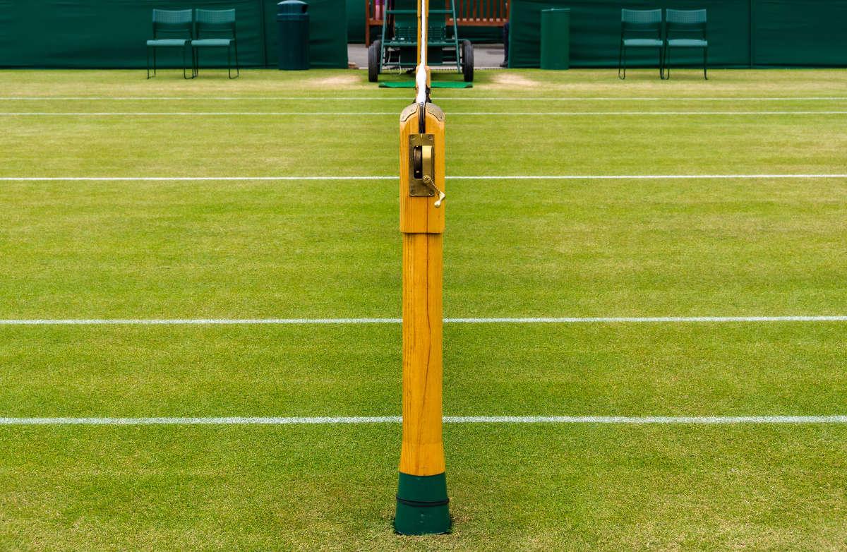 Foto eines Netzpfostens auf einem Tennis Rasenplatz