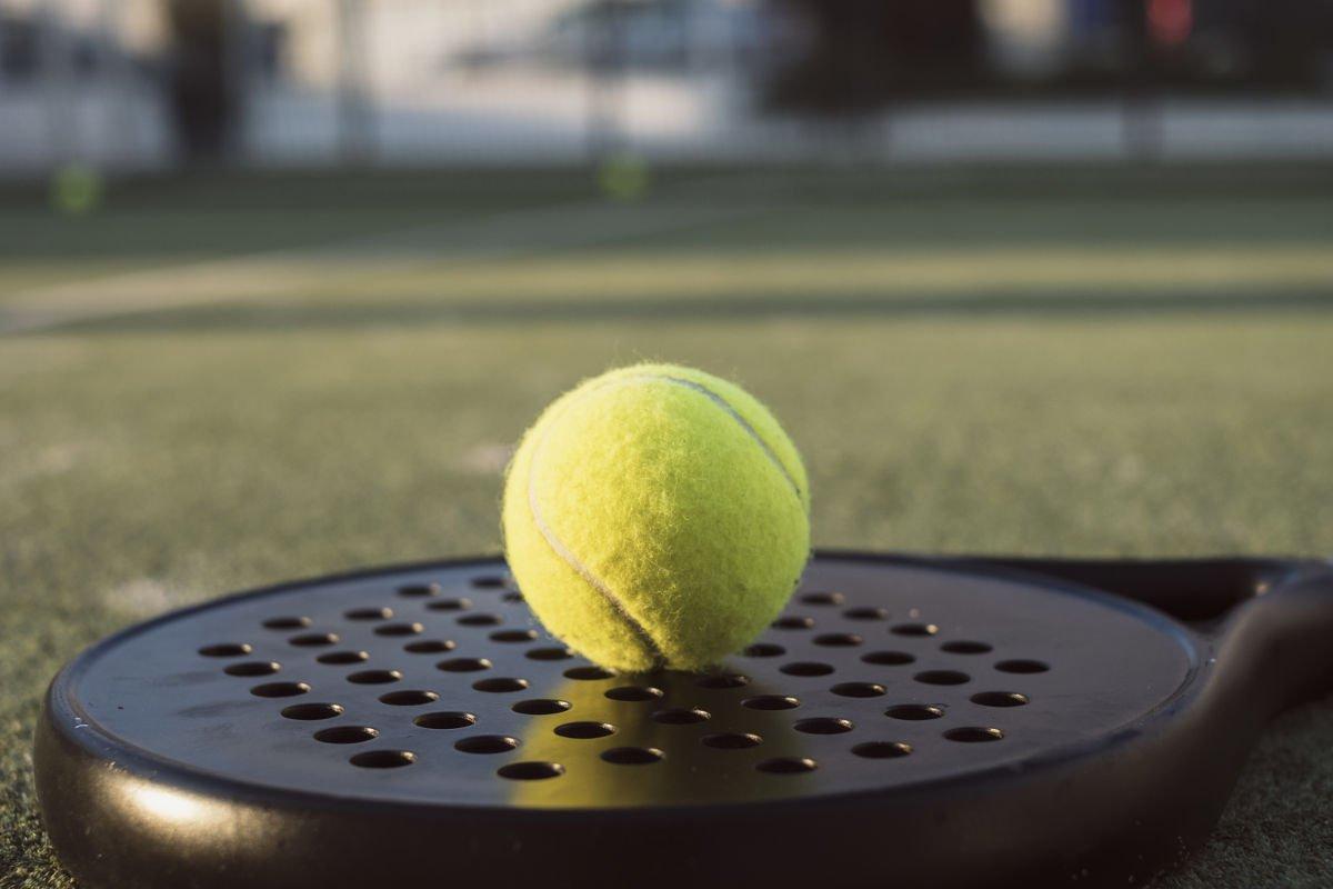 Foto eines Padel-Tennisballs auf einem Padel-Tennisschläger