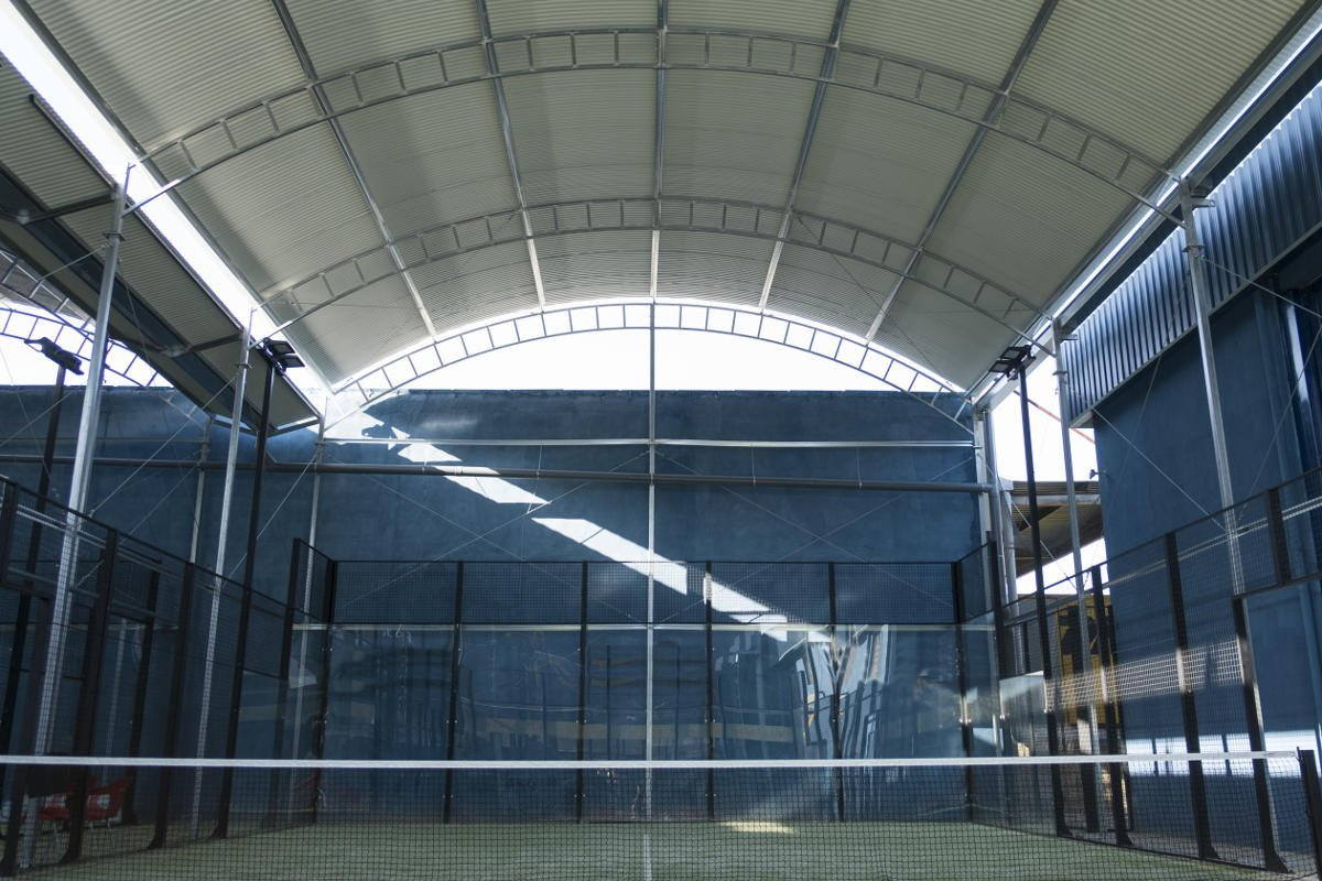 Foto eines Padel-Tennisplatzes in der Halle