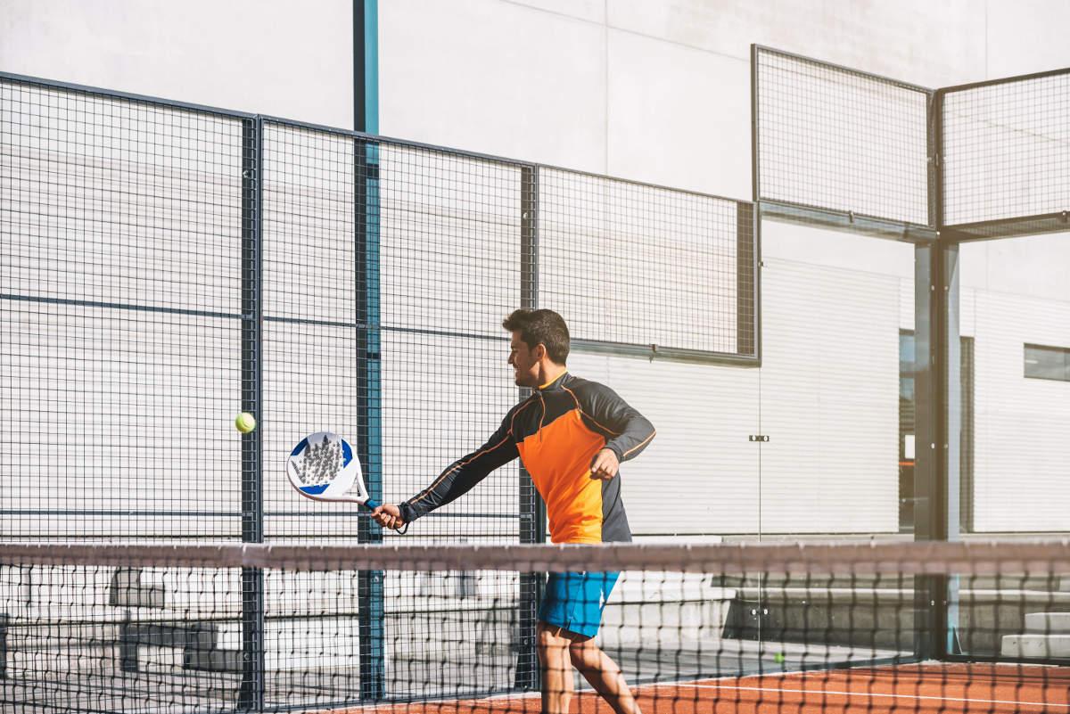 Foto eines Padel-Tennisspielers mit einem Schläger
