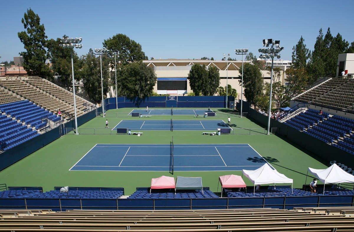 Foto einer Tennisanlage mit mehreren Tennisplätzen