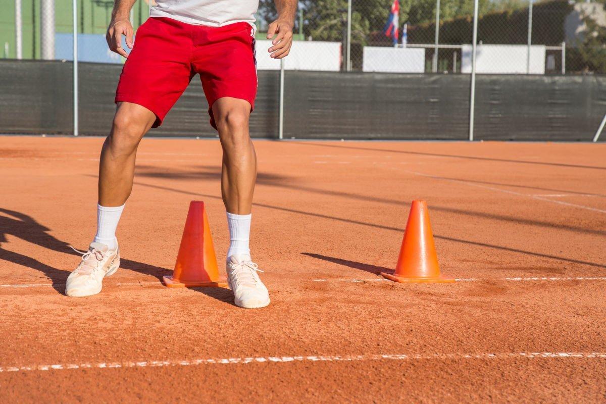 Foto eines Tennisspielers beim Trainieren der Beinarbeit
