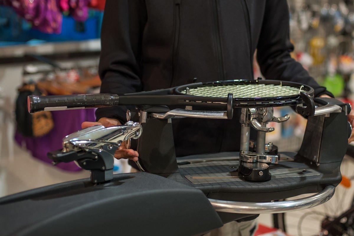 Foto einer Besaitungsmaschine für Tennisschläger