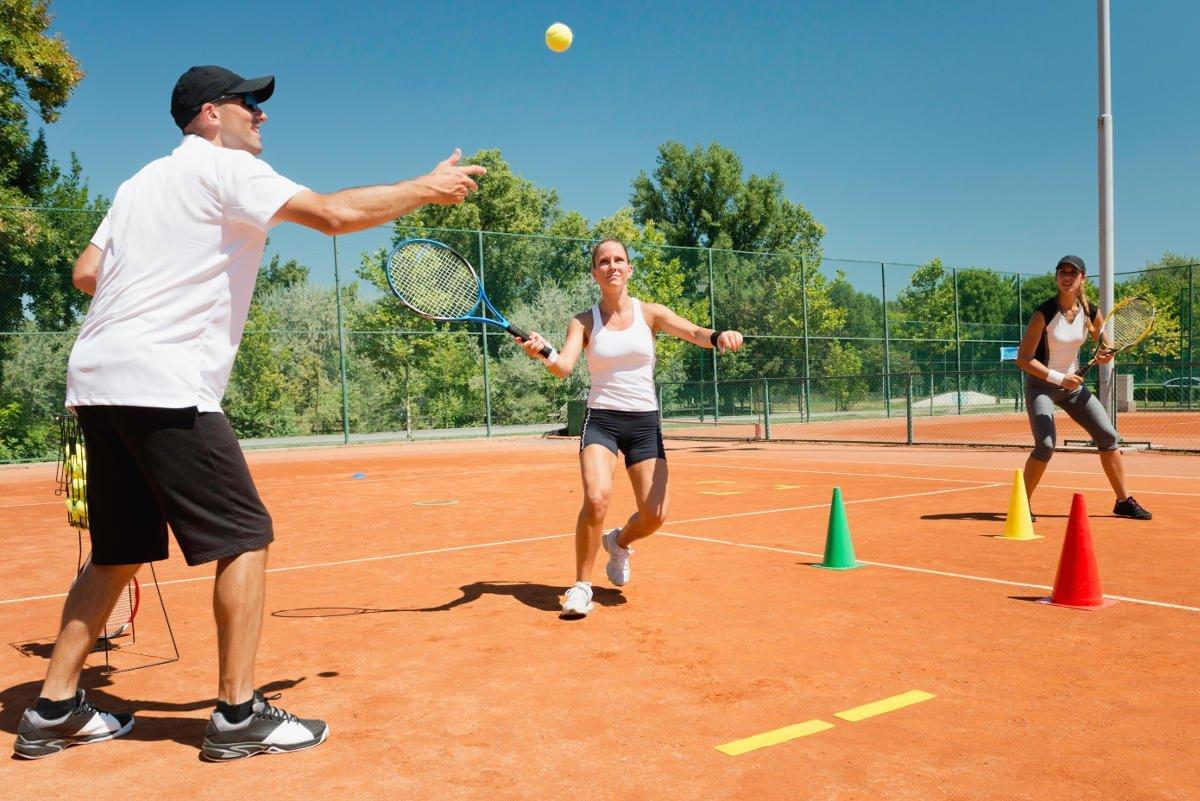 Foto von zwei Tennisspielerinnen beim Tennistraining