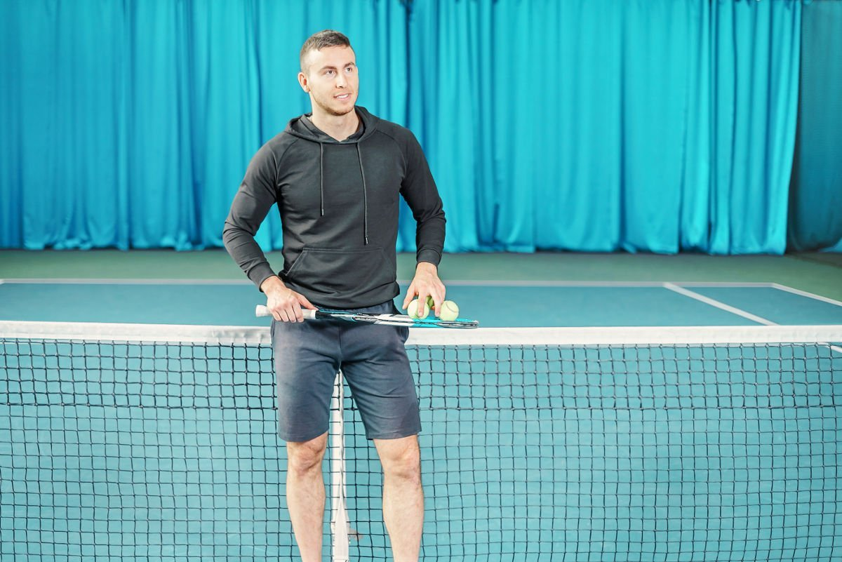 Foto eines Tennisspielers mit einem Hoodie oder Pullover
