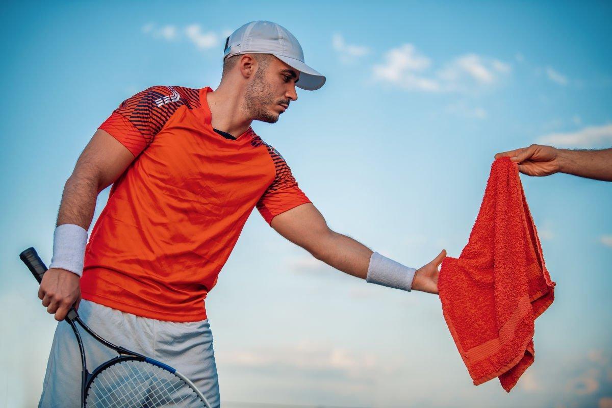 Foto van een tennisser met een pet