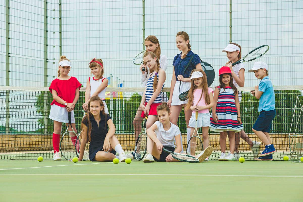 Foto von mehreren Kindern auf dem Tennisplatz