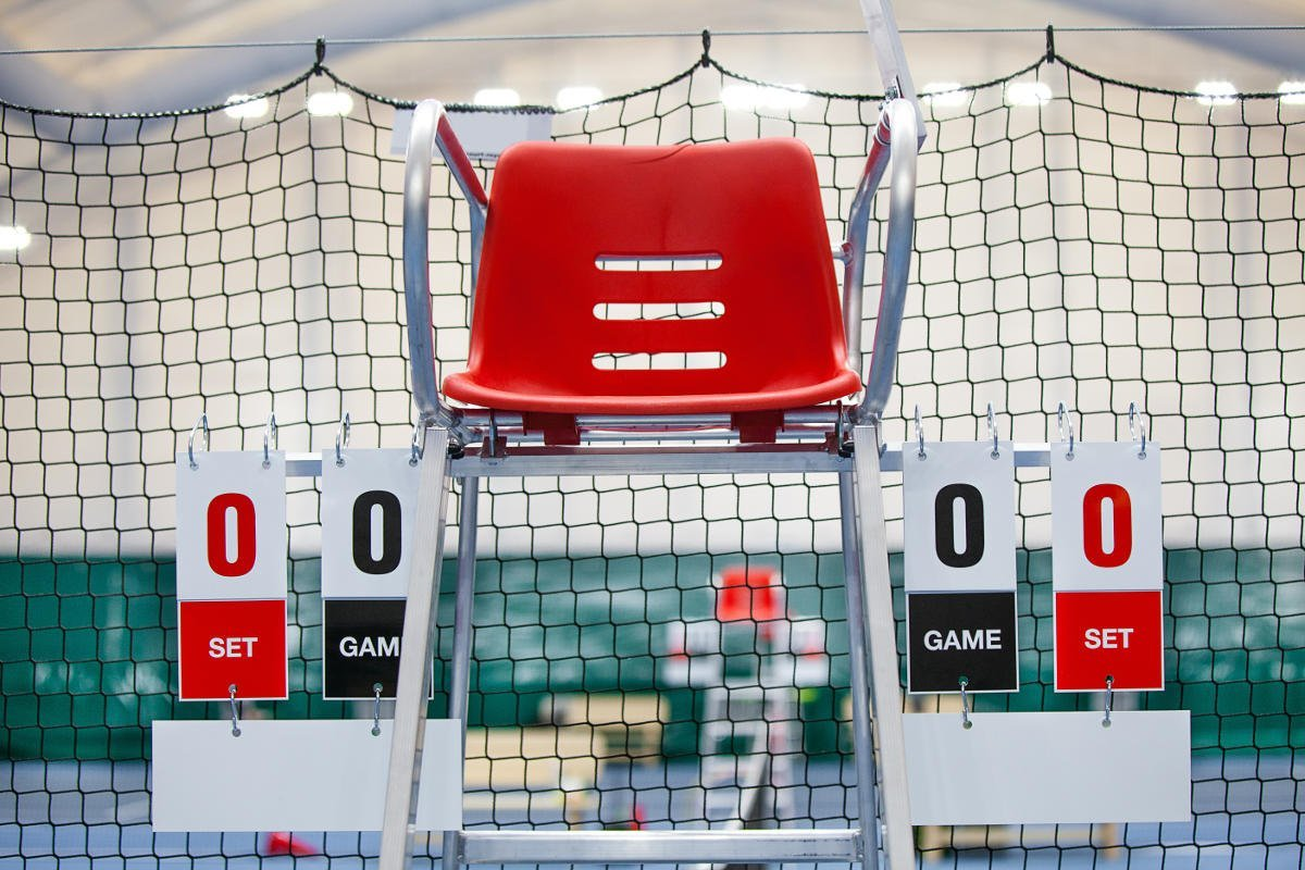 Foto eines Schiedsrichterstuhls auf dem Tennisplatz