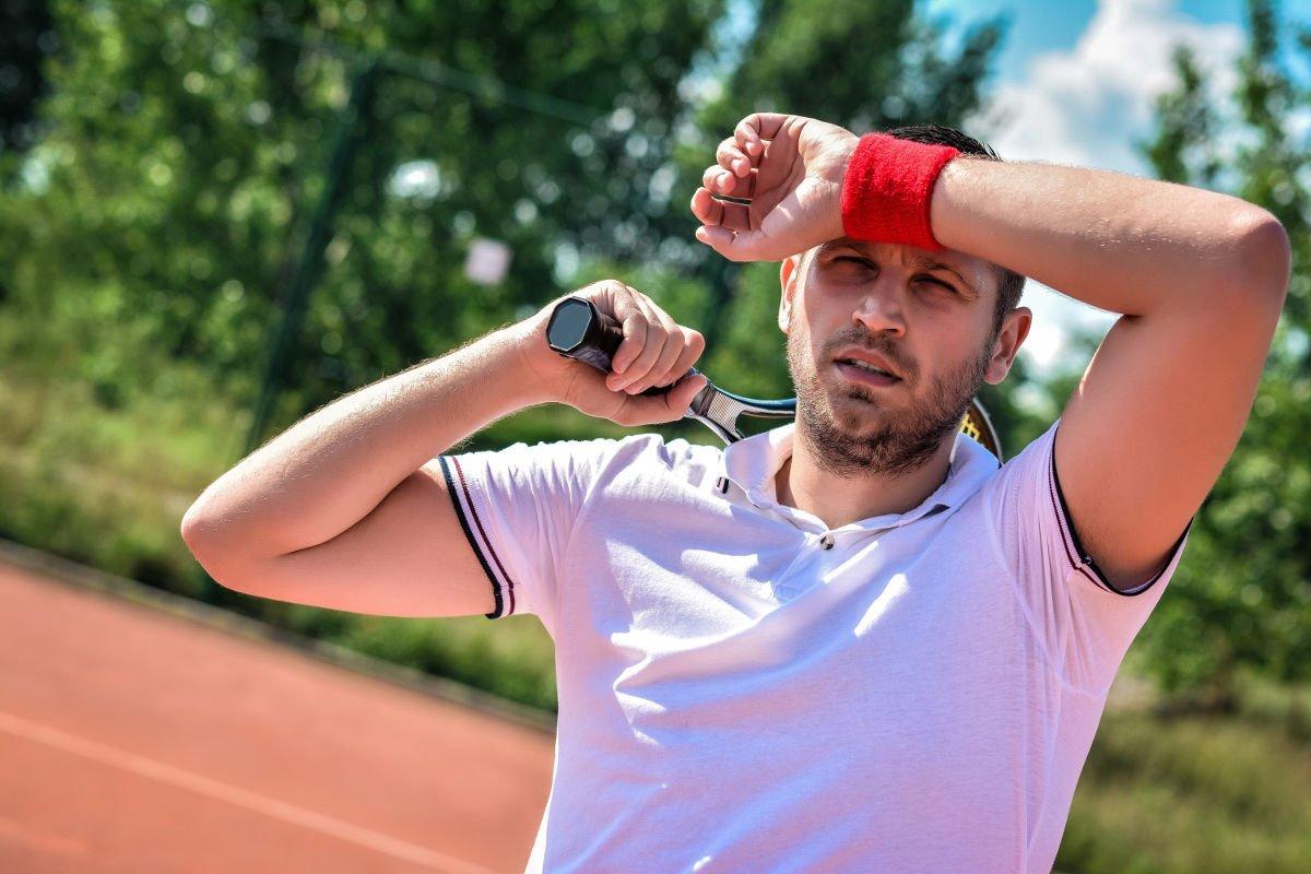 Foto van een tennisser met een zweetband