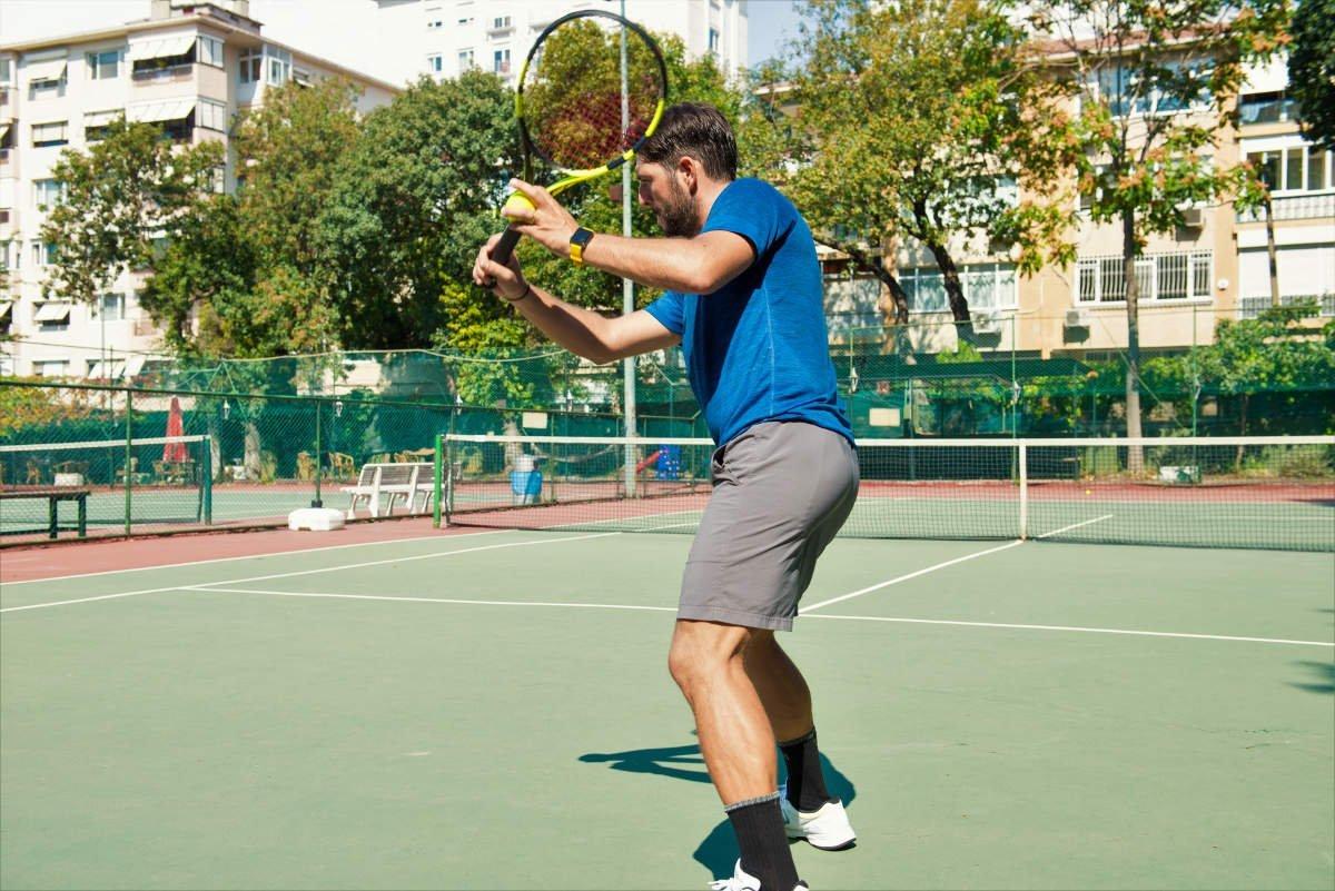 Foto van een tennisser met korte broek