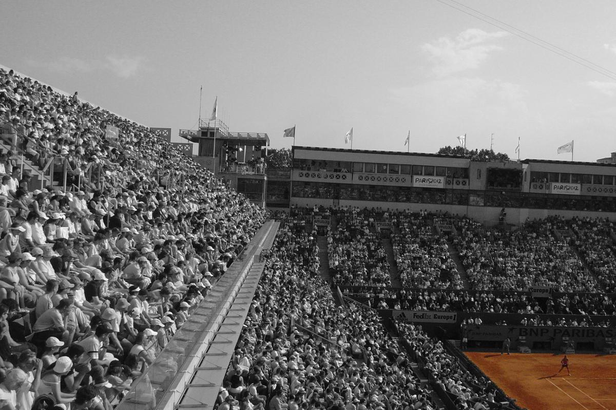 Foto eines Tennisstadions während eines Tennisspiels