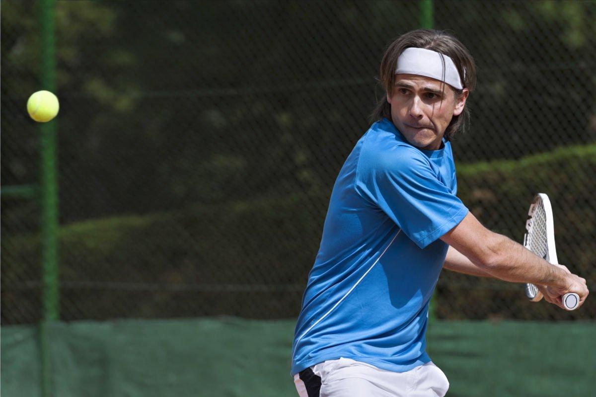 Foto eines Tennisspielers mit einem Stirnband