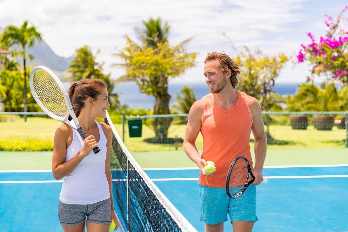 Foto van twee tennissers met een tanktop