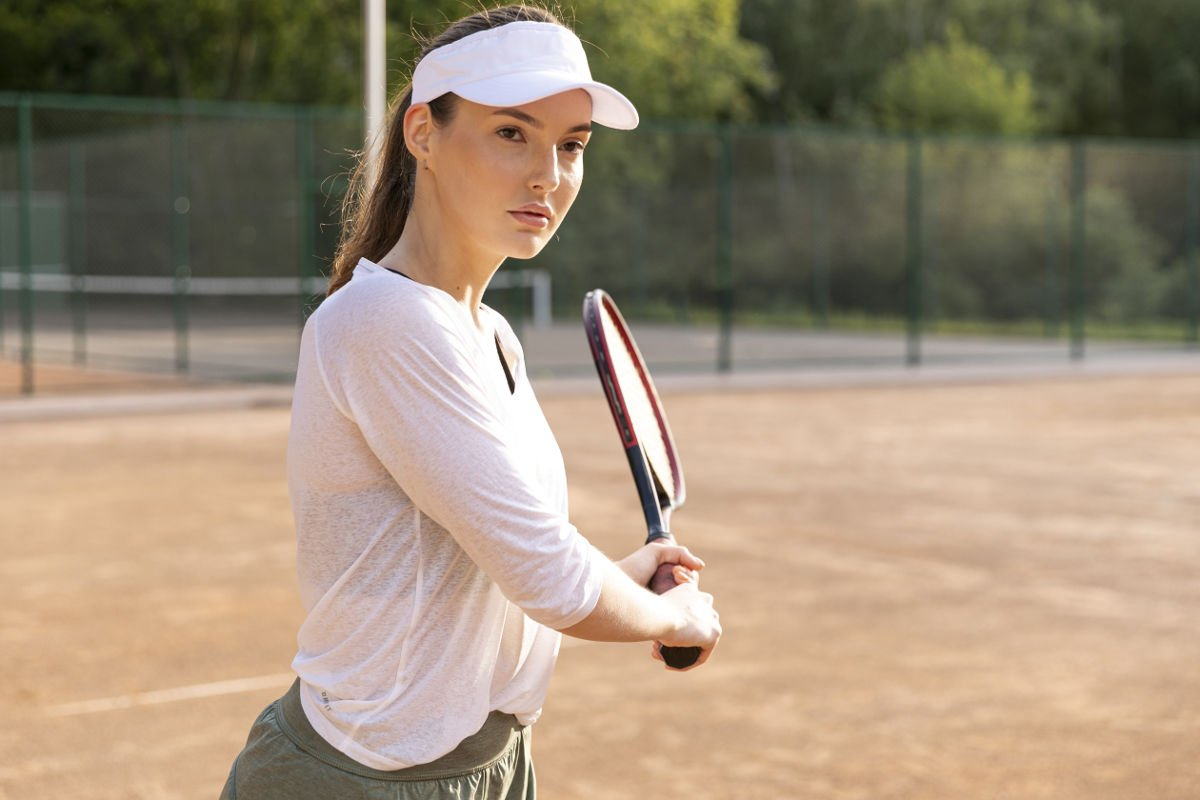 Foto einer Tennisspielerin mit einem Visor