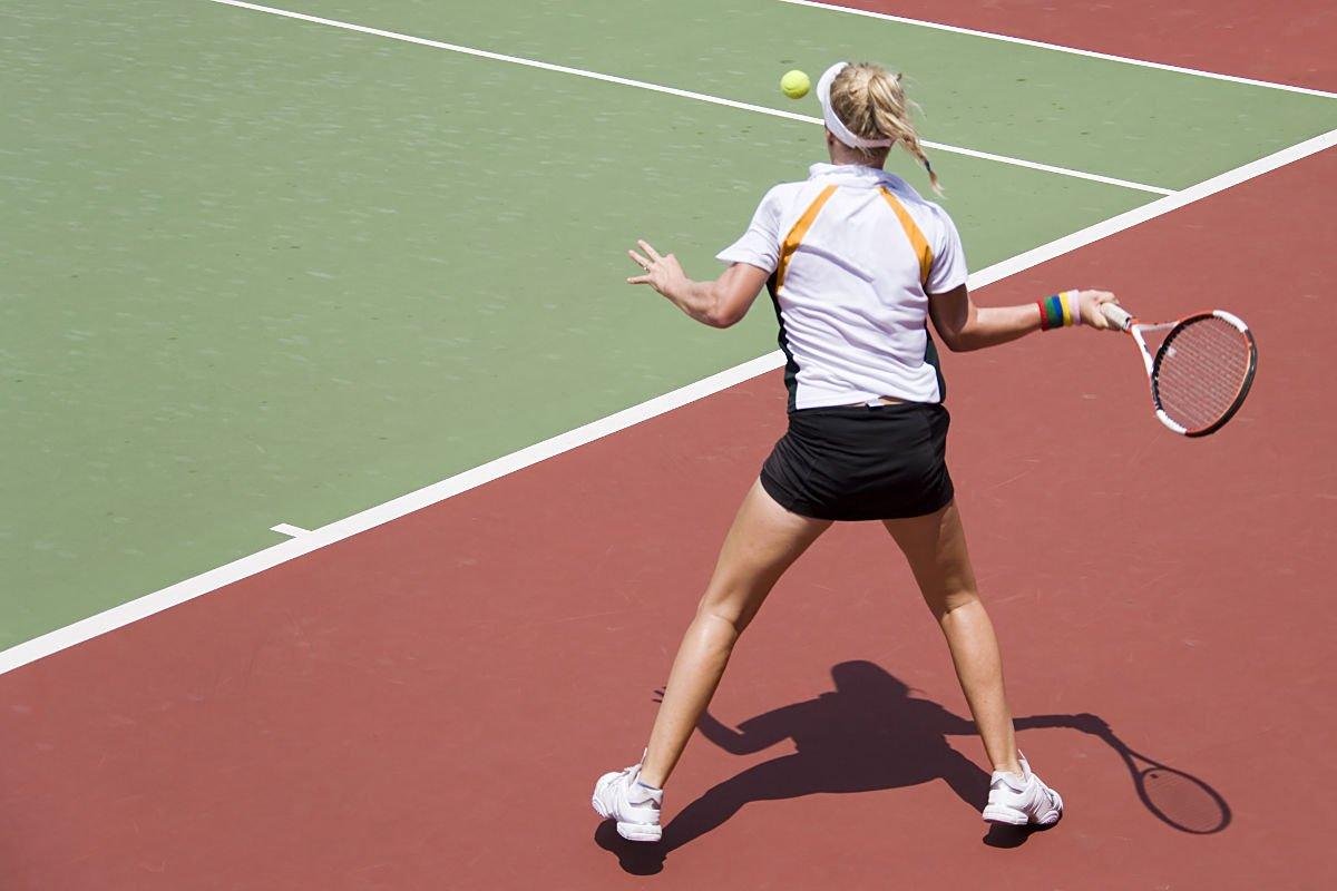 Foto einer Tennisspielerin bei der Inside Out Vorhand
