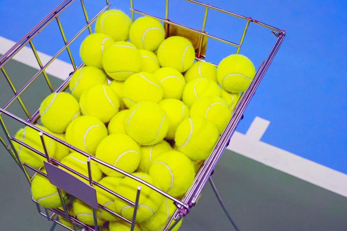 Foto von mehreren Tennisbällen in einem Korb
