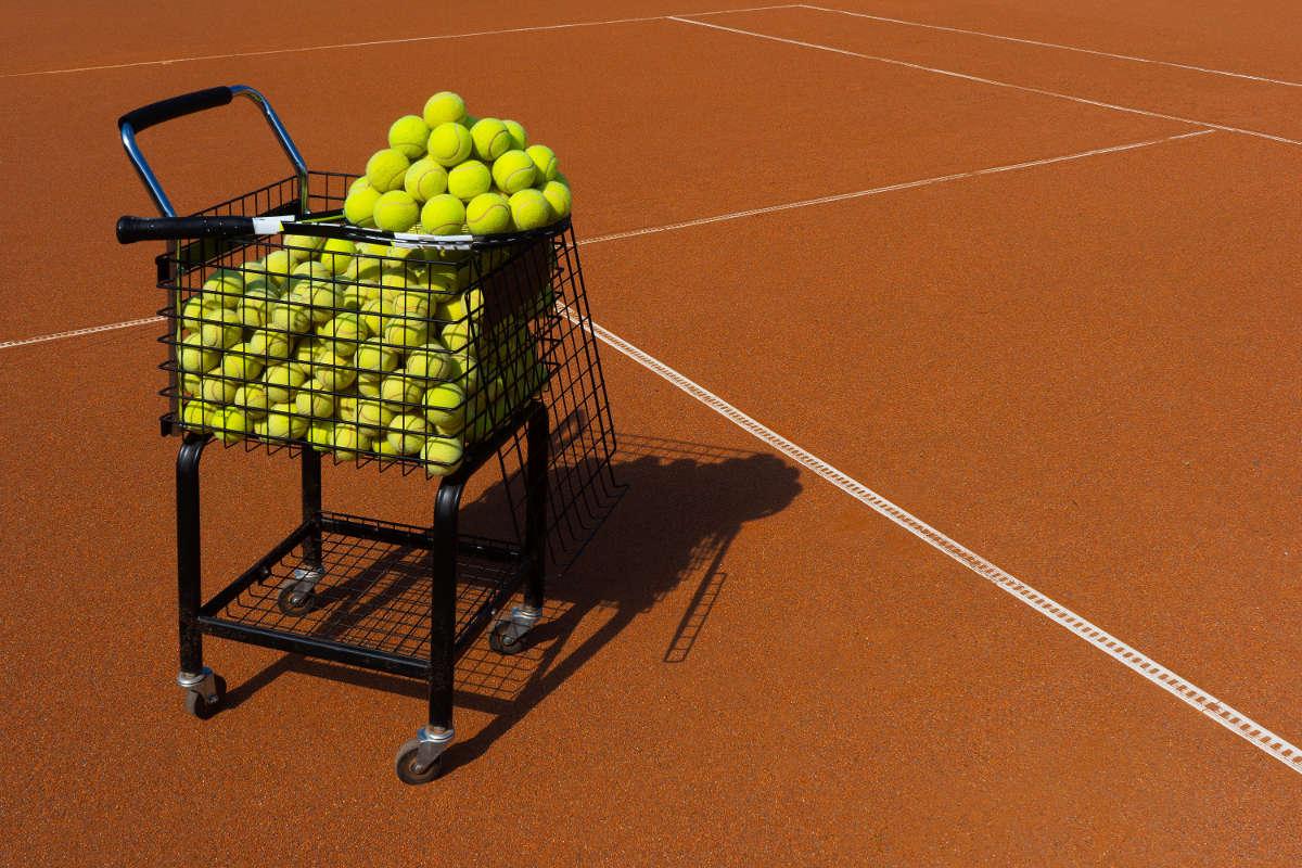 Foto einer großen Menge an Tennisbällen im Korb
