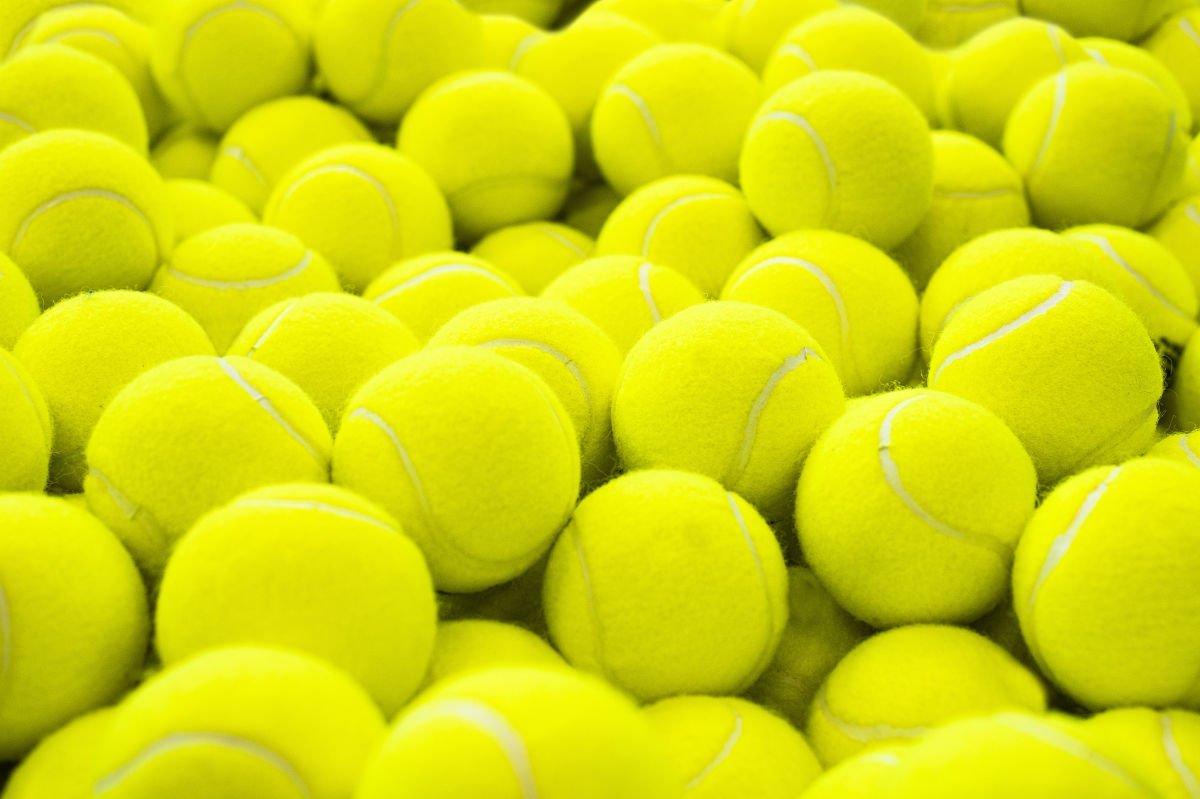 Foto von einer großen Menge an Tennisbällen