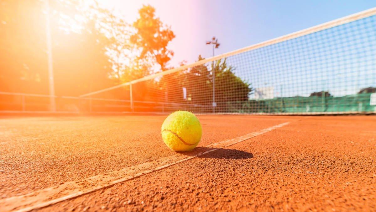 Foto eines Tennisballs auf dem Tennisfeld