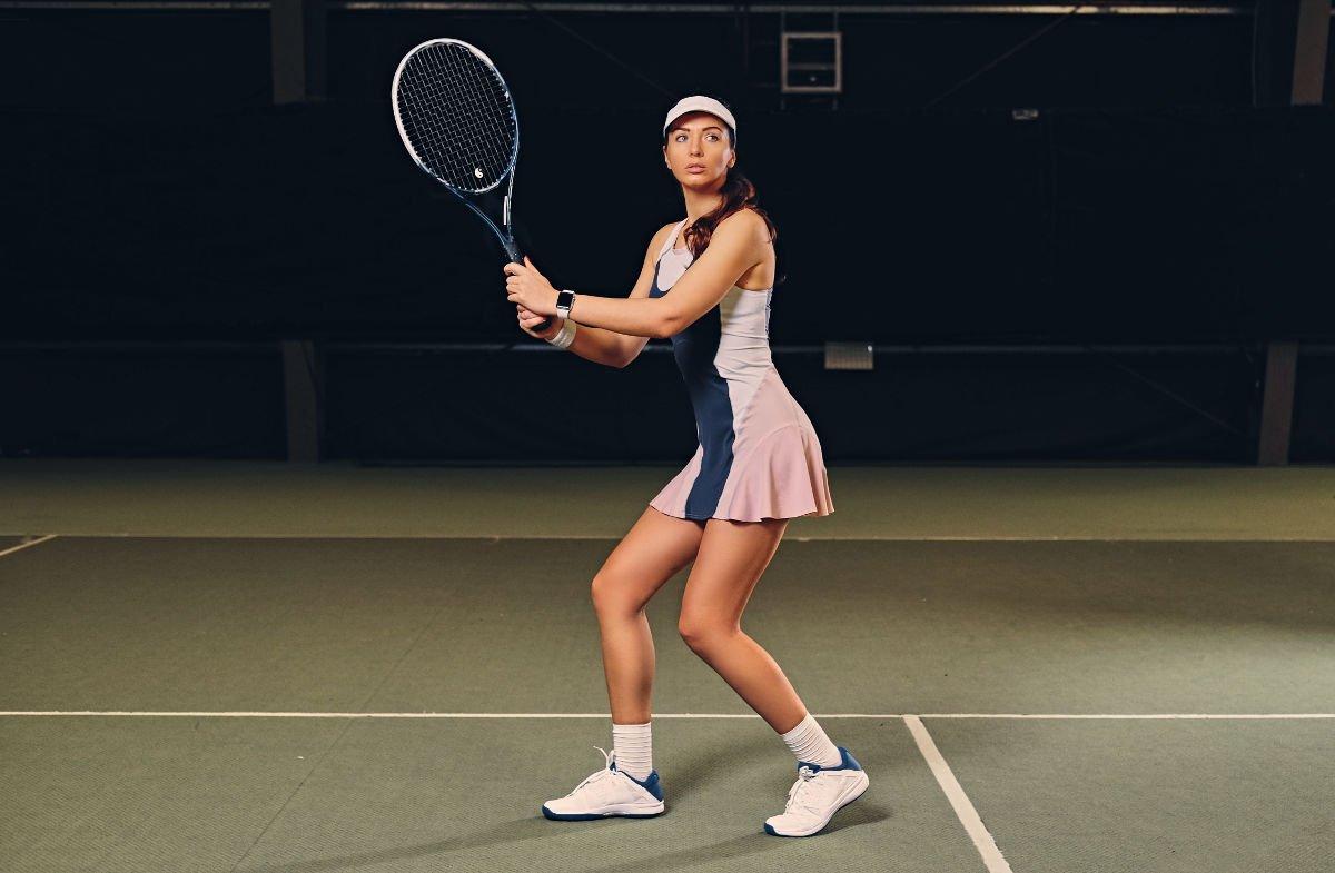 Foto einer Tennisspielerin mit einem Tenniskleid