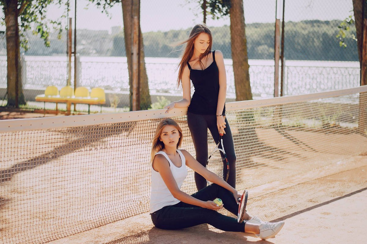 Foto von zwei Tennisspielerinnen mit Leggings