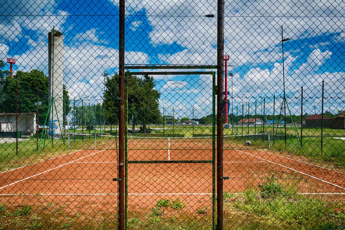 Foto von einem geschlossenen Tennisplatz wegen des Coronavirus