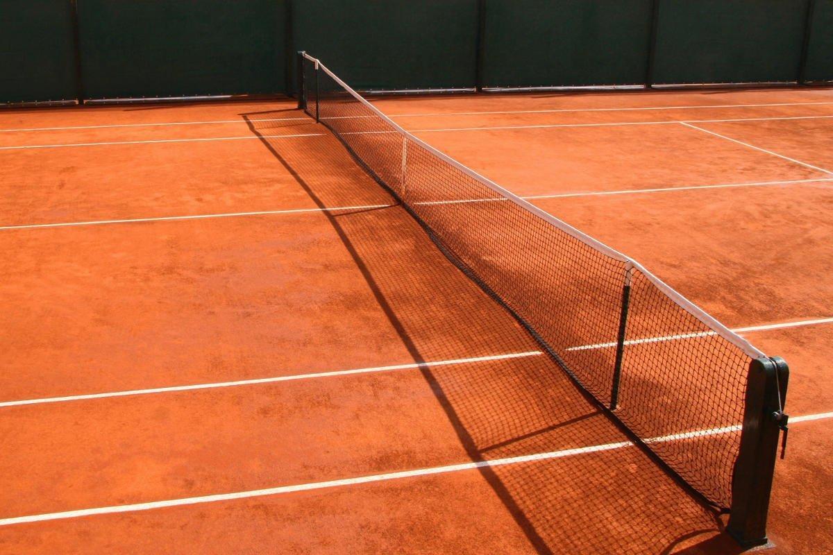 Foto von einem Sandplatz mit einem Tennisnetz