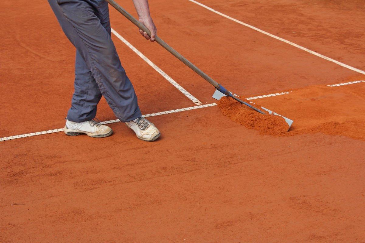 Foto von einem Scharrierholz als Tennisplatzzubehör