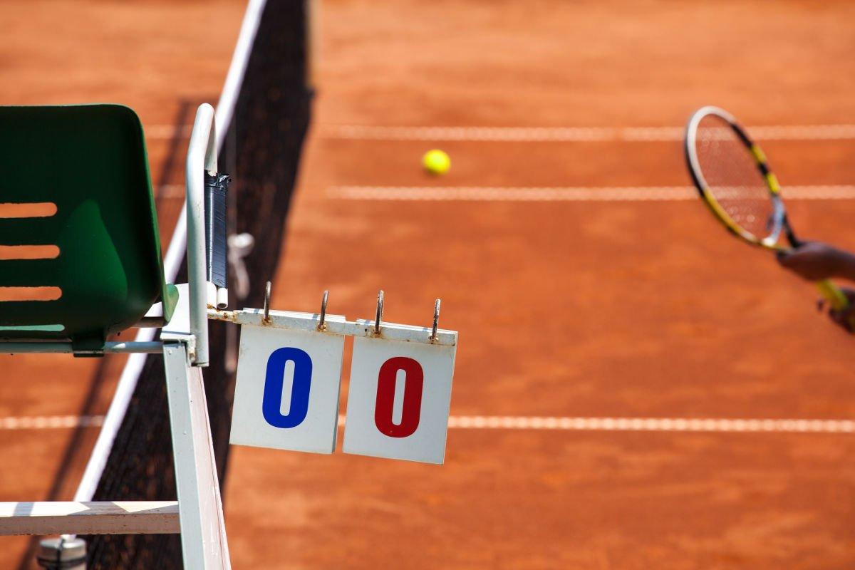 Foto eines Schiedsrichterstuhls mit einer Spielstandanzeige auf dem Tennisplatz