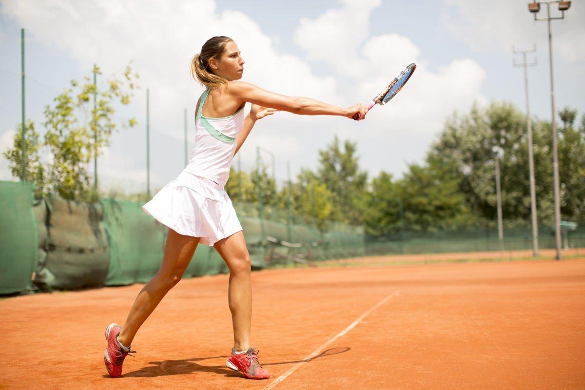 Foto einer Tennisspielerin mit einem Tennisrock