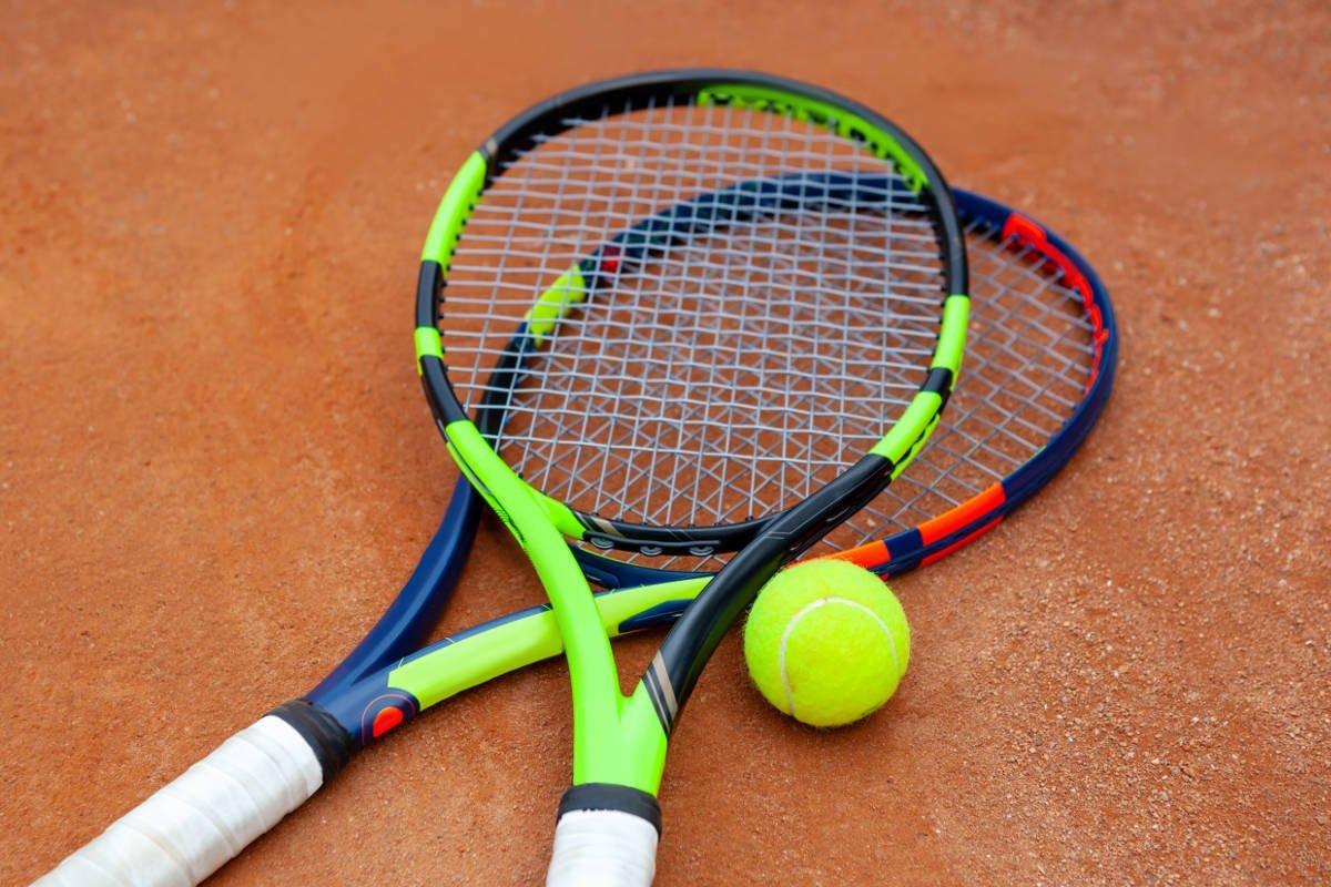 Foto vom Tennisschlägaer Babolat Pure Aero mit einem Tennisball