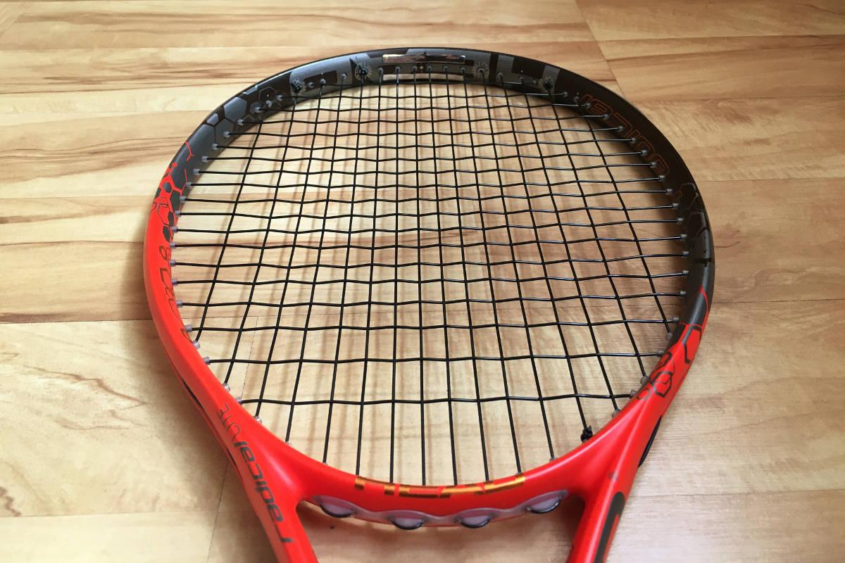 Foto van een tennisracket met loden banden om 12 uur