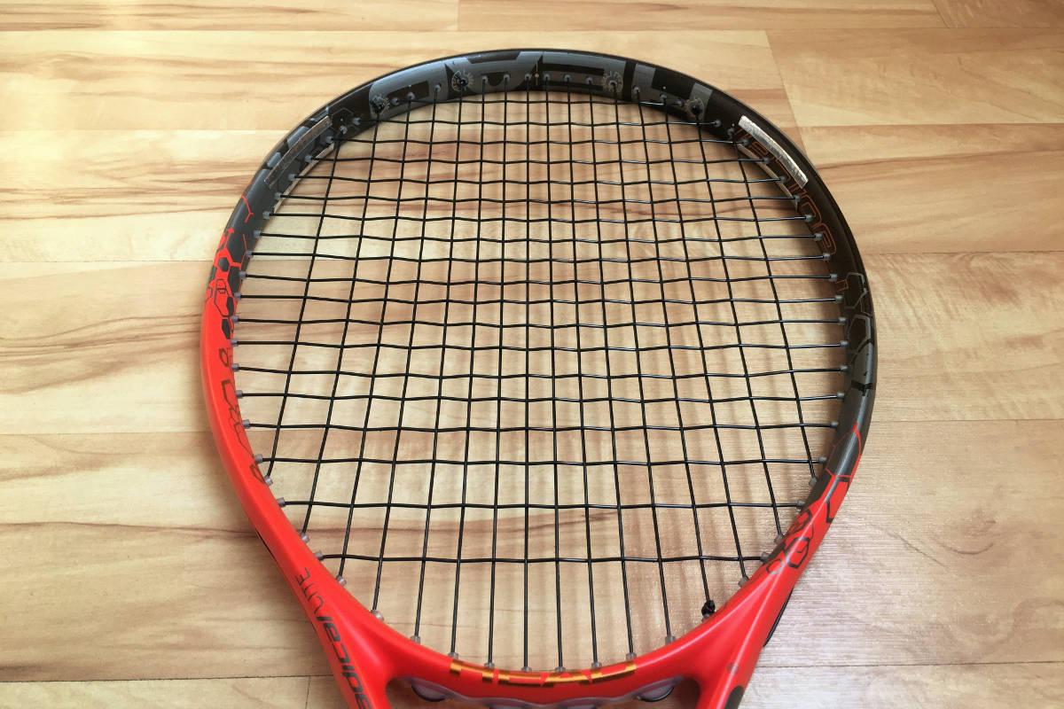 Foto van een tennisracket met loden banden op 2 en 10 uur