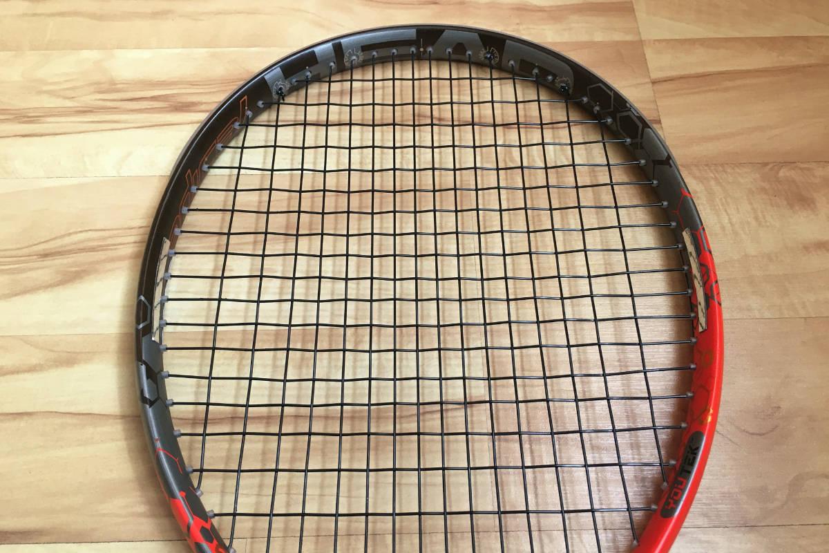 Foto van een tennisracket met loden banden op 3 en 9 uur