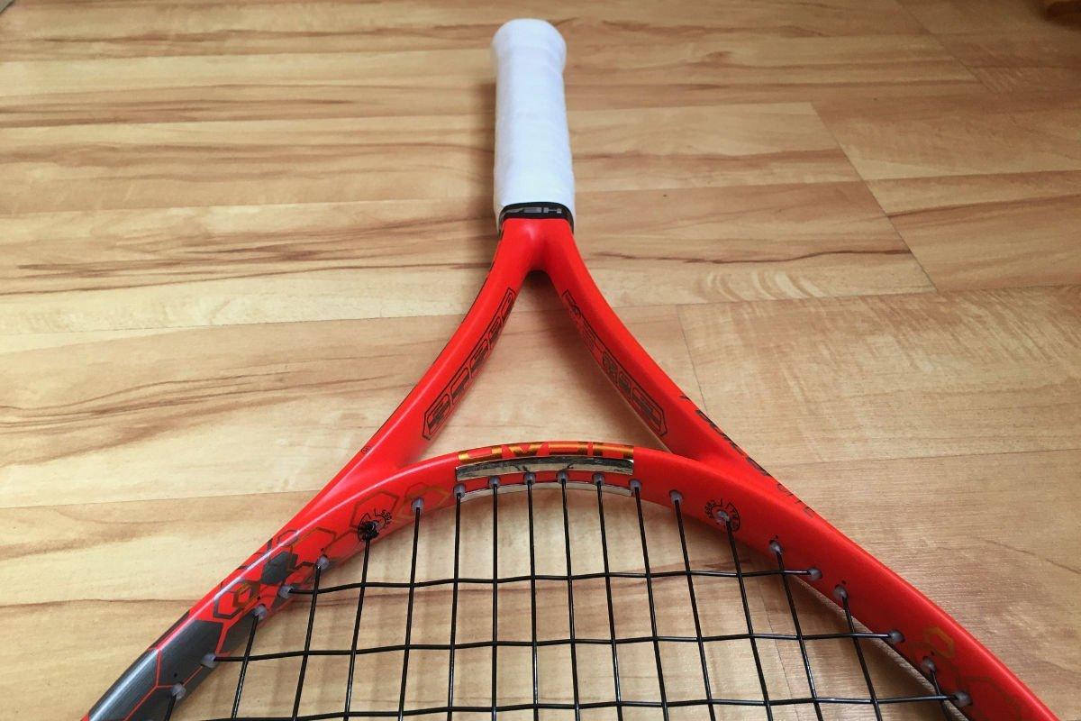 Foto van een tennisracket met loden banden om 6 uur