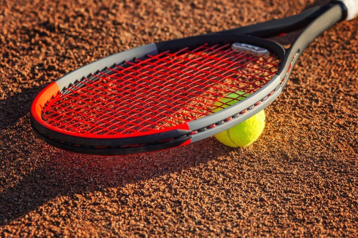 Foto eines Tennisschlägers mit einem Tennisball