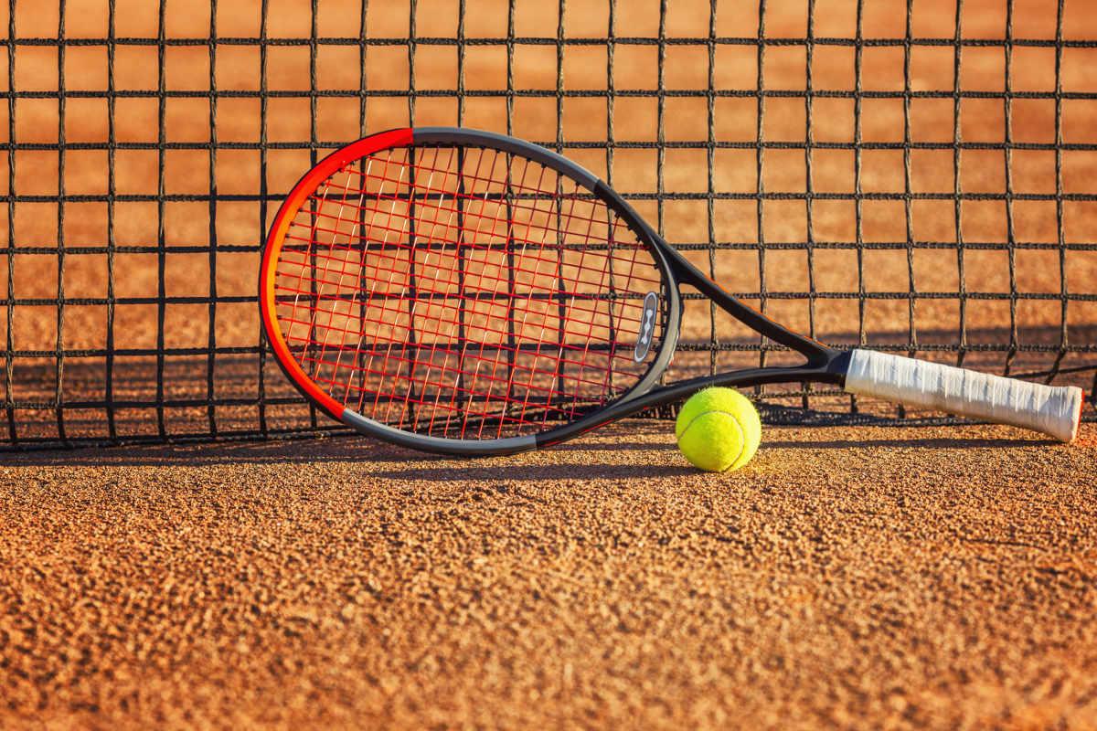 Foto vom Tennisschläger Wilson Clash mit einem Tennisball auf dem Tennisplatz