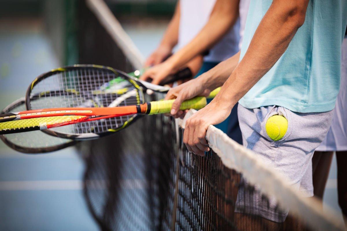 Foto mehrerer Tennisspieler am Netz