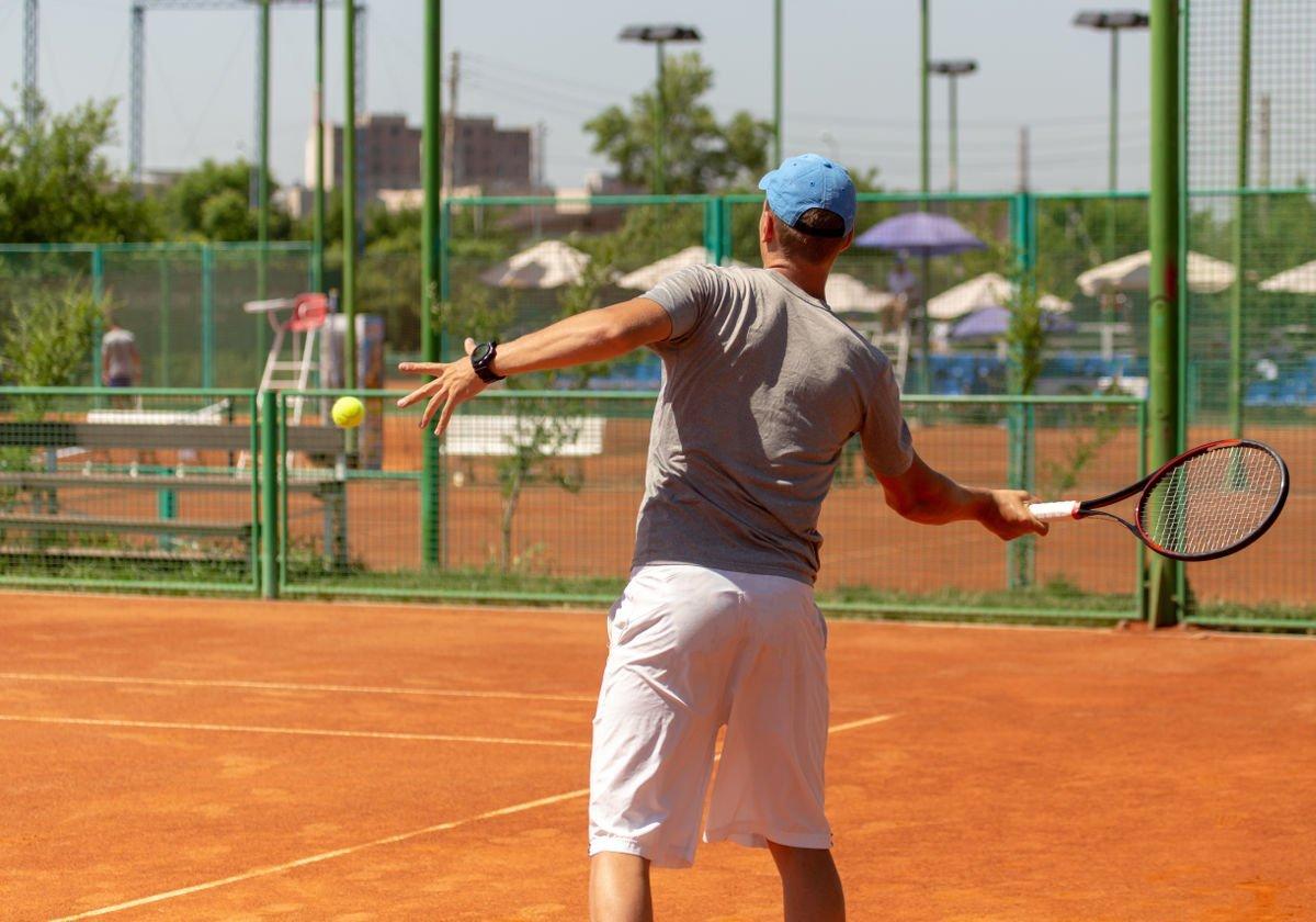 Foto eines Tennisspielers auf dem Tennisplatz