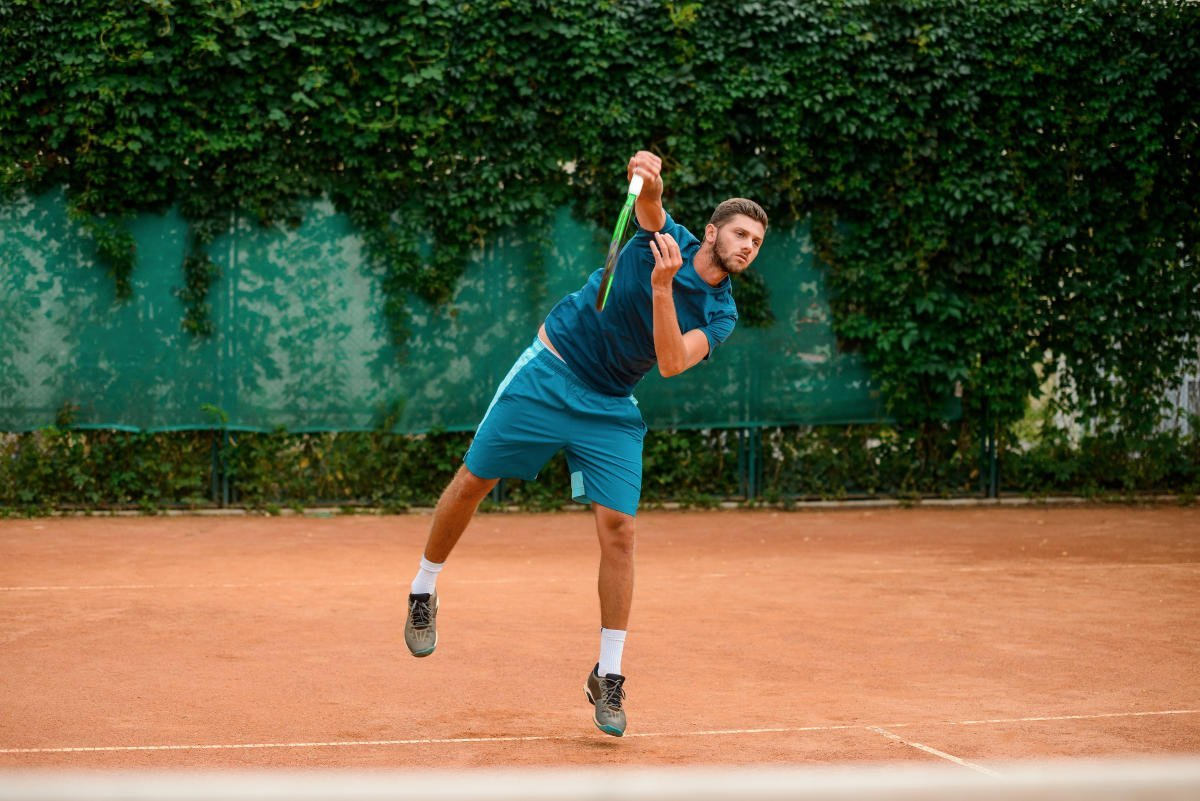 Foto eines Tennisspielers beim Aufschlag