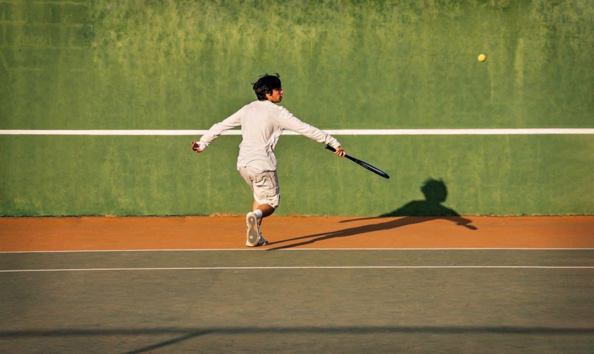 Foto eines Tennisspielers an einer Tennis Ballwand
