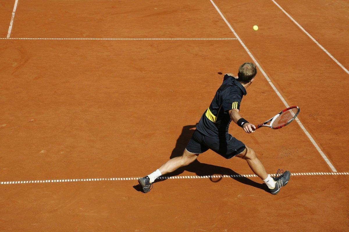 Foto eines Tennisspielers bei der Vorhand