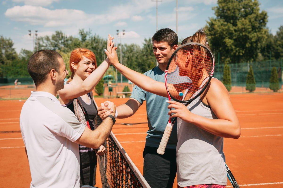 Foto mehrerer Tennisspieler in einer Gruppe