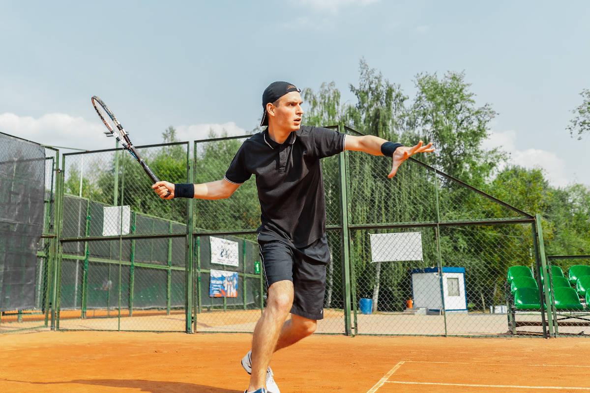 Foto eines Tennisspielers auf dem Sandplatz