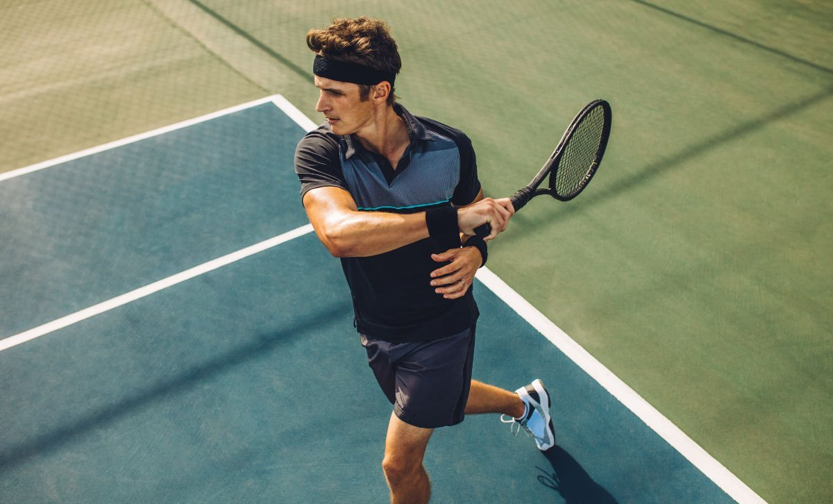 Foto eines Tennisspielers mit entsprechender Tennisbekleidung