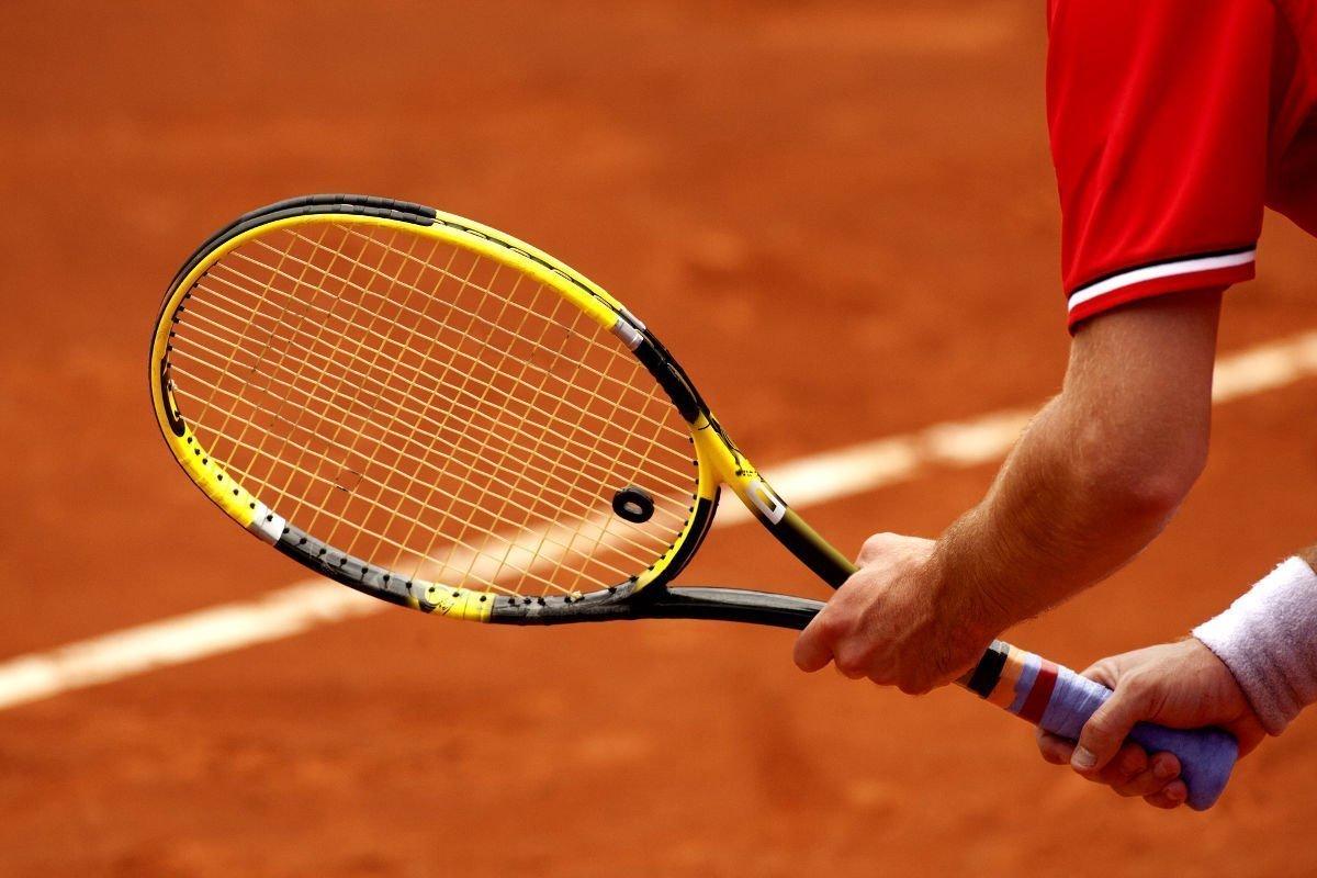 Foto eines Tennispielers mit einem Tennisschläger