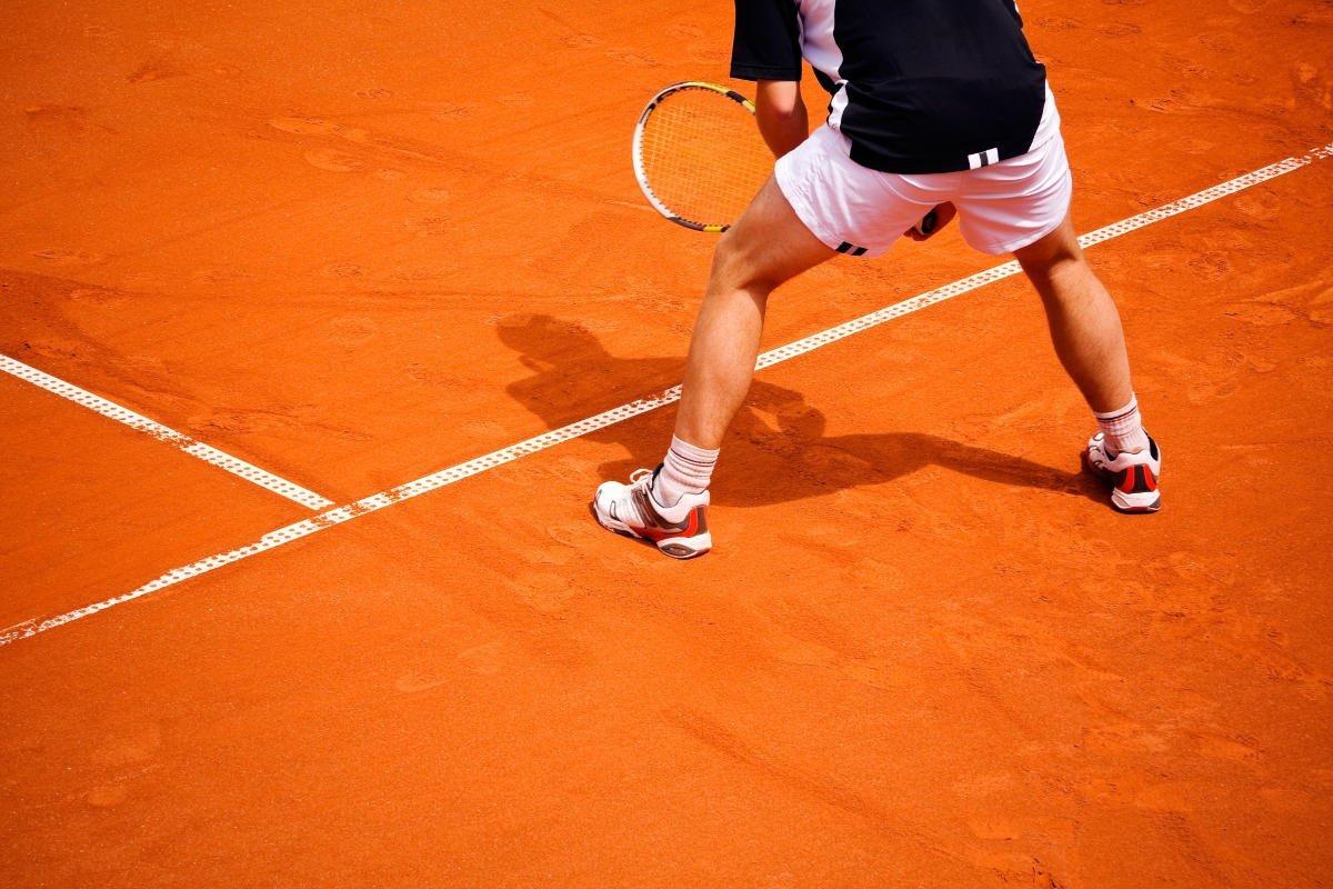 Foto eines Tennisspielers mit seinen Tennisschuhen