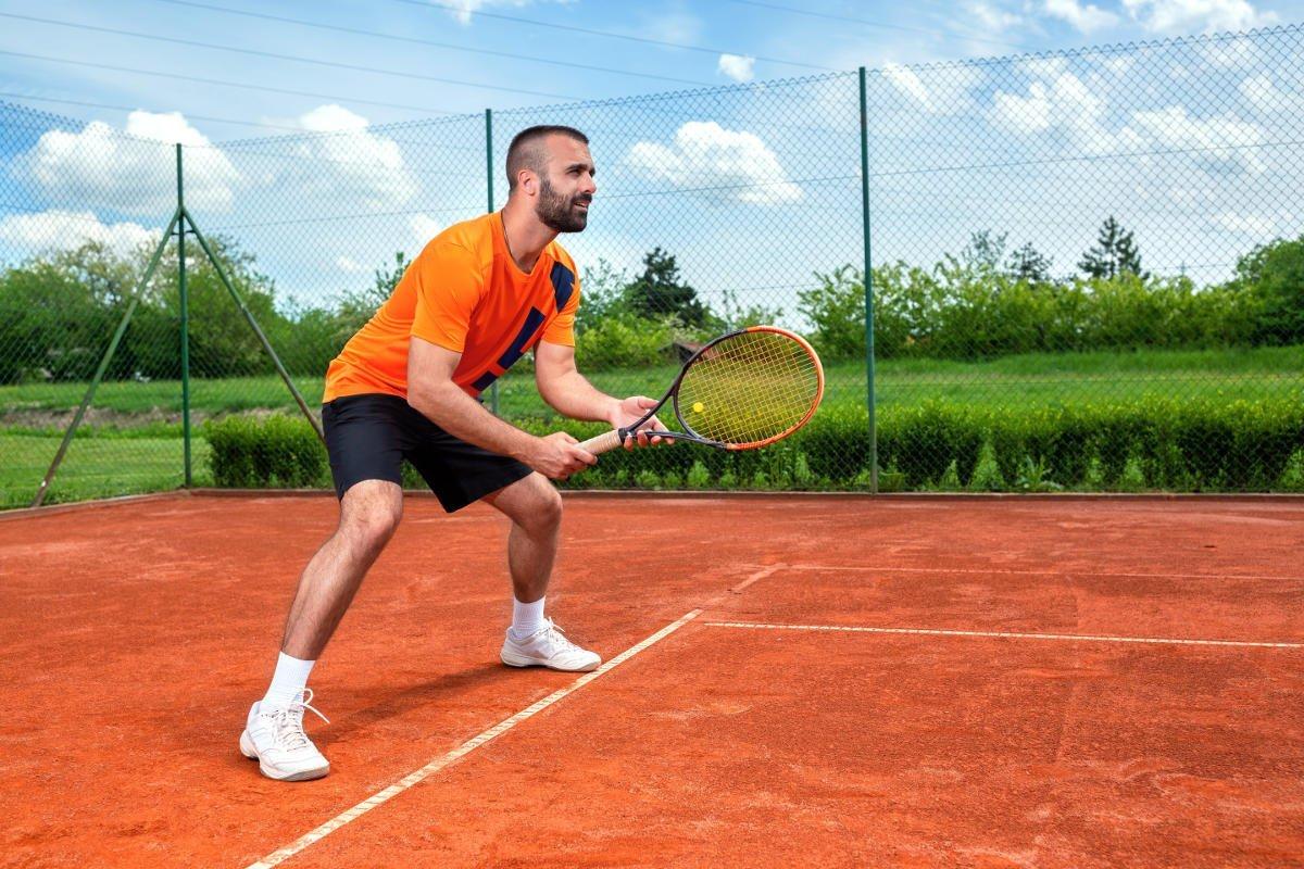 Foto eines Tennisspielers beim Return