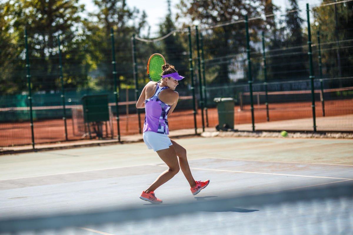 Foto einer Tennisspielerin beim Rückhand Slice